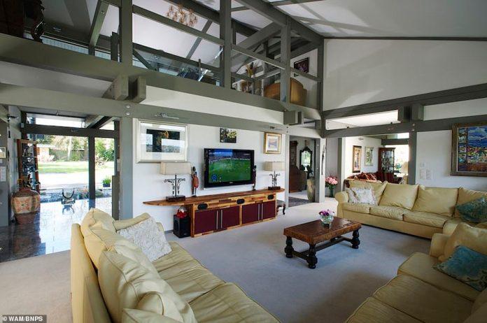 Das beeindruckende Anwesen mit sechs Schlafzimmern verfügt über ein großes Sofa im Hauptwohnbereich im Erdgeschoss. Die offenen Räume bieten ein Gefühl von Raum