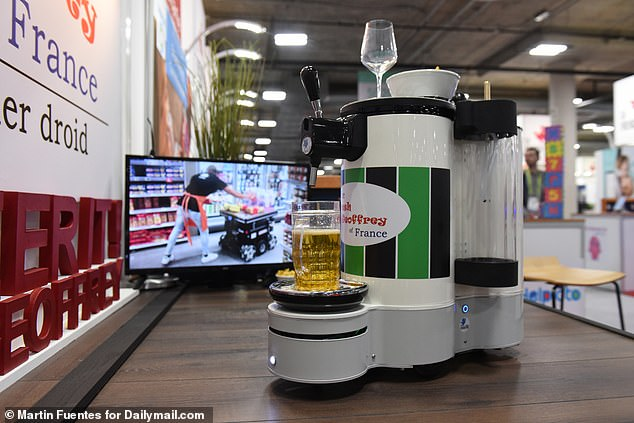 Made by the French TwinWheel, Fresh Geoffrey & # 39; a robotic butler droid that maps your home, like a Roomba, for easy navigation