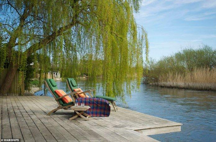 Das Beresfords-Anwesen, Avon Place, befindet sich auf einem rund 1 Hektar großen privaten Grundstück und bietet ein 7000 m² großes offenes Wohnzimmer mit Blick auf den Fluss Avon (im Bild) und das Avon Valley