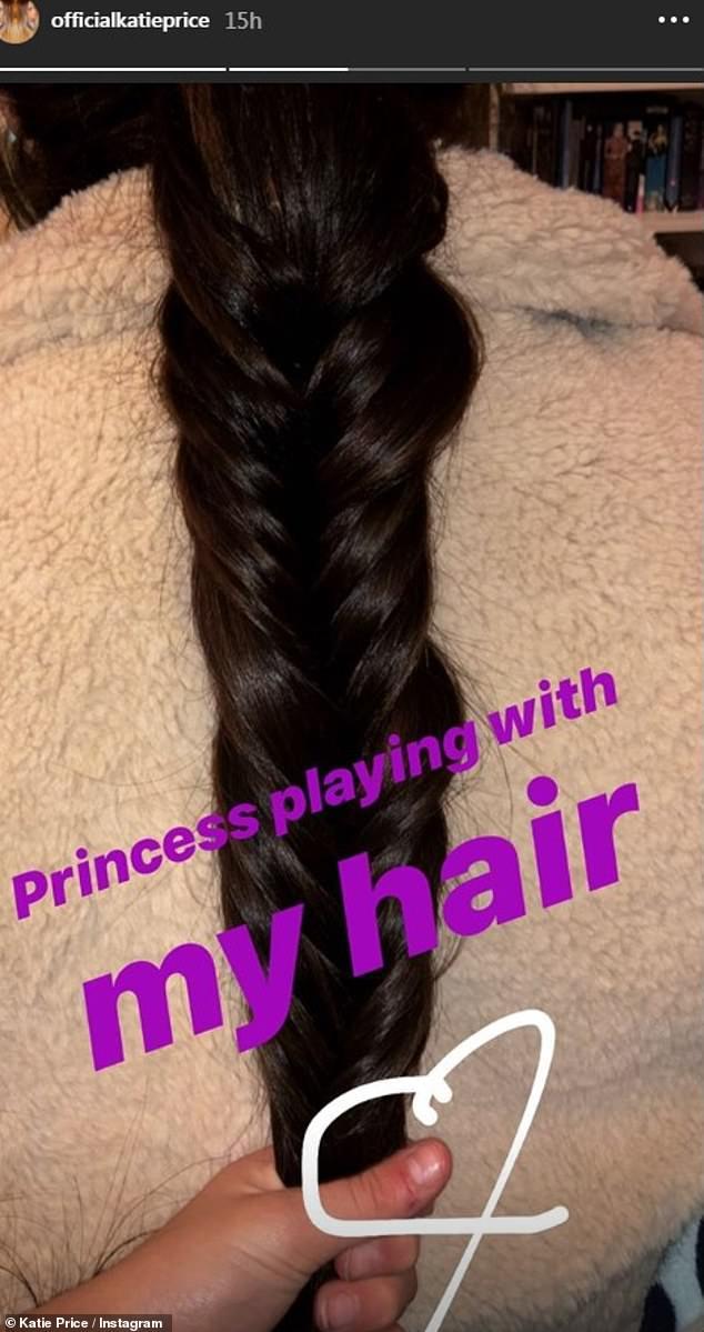 """""""Prinzessin spielt mit meinen Haaren"""": In der Zwischenzeit teilte Katie ein süßes Schnappen von Prinzessin, die mit den glänzenden brünetten Locken spielte"""