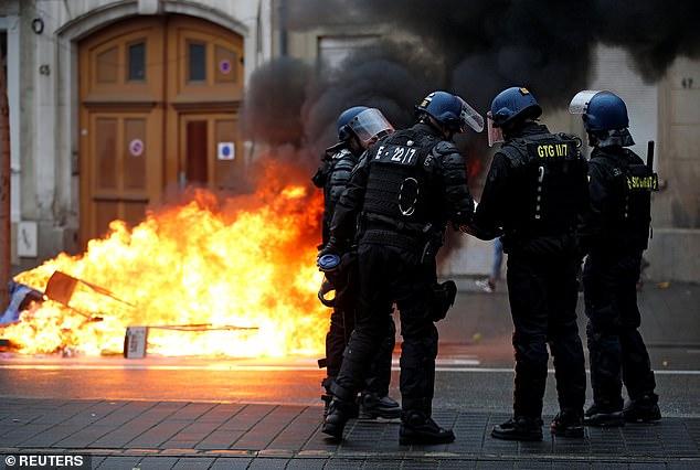 La policía antidisturbios francesa ha desplegado armas semiautomáticas con municiones reales contra los manifestantes de Yellow Vest por primera vez