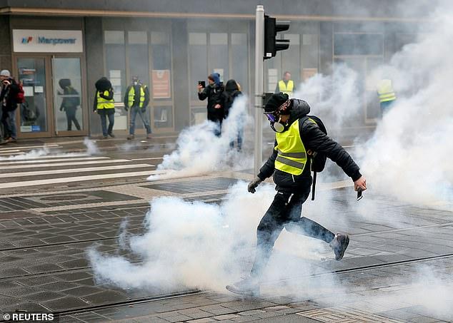 Los CRS son conocidos por su enfoque estricto para la vigilancia, ya que con frecuencia utilizan pistolas de cañón ancho para disparar proyectiles de bola de destello y botes de gas lacrimógeno