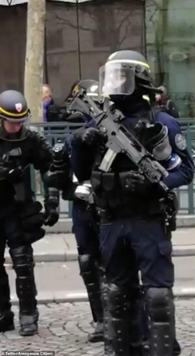 La policía antidisturbios francesa ahora usa armas semiautomáticas con munición real contra manifestantes de Yellow Vest, ya que la ley de Macron y la crisis de orden son espirales