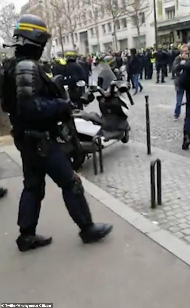El sábado por la tarde, el Arco de Triunfo de París filmó a los oficiales blandiendo las armas Heckler y Koch G36 en París.