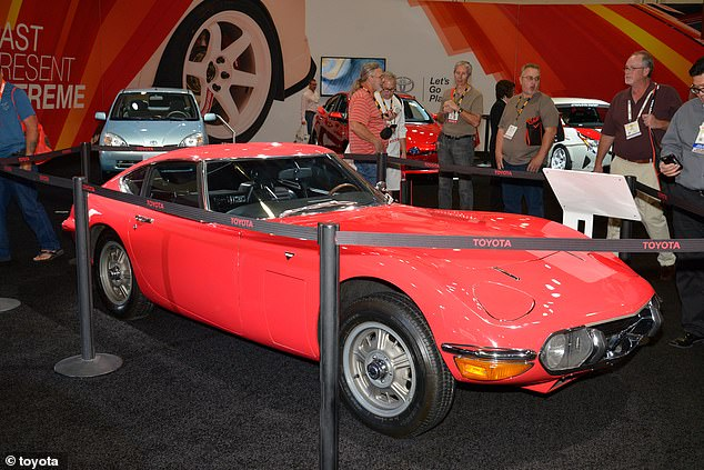 The design imitates the Toyota 2000GT of the years & # 60; - in particular the engine bonnet and the double-bubble roof