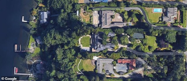The Bezoses own two houses in Medina, an exclusive suburb of Seattle. They paid $ 10 million for the 5.3 acre property in 1998