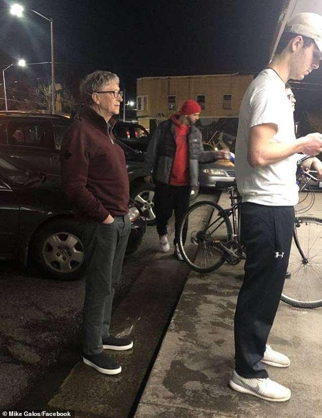 Bill Gates fait la queue pour s'acheter un hamburger, la toile s'enflamme