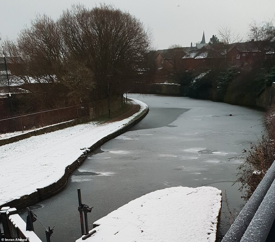 Imran Ahmed photographed the frozen Leeds and Liverpool Canal in Blackburn, Lancashire