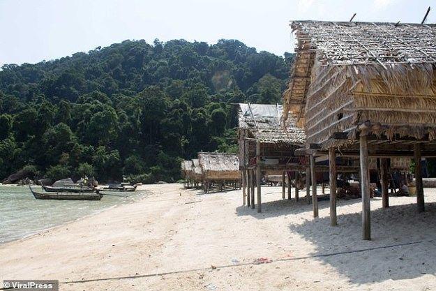 Le peuple Moken est une tribu en déclin de 2 000 à 3 000 personnes qui ont passé des milliers d'années à vivre plus ou moins de nomades sur les côtes de la Thaïlande.