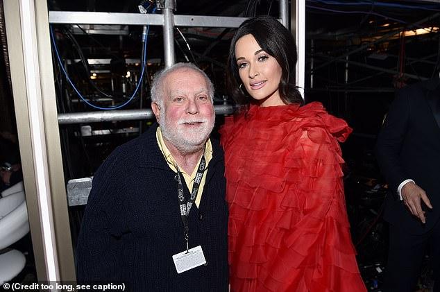 Ken y Kacey: el polémico productor de Grammy, Ken Ehrlich, es visto con el cuatro veces ganador del Grammy Kacey Musgraves durante la 61ª edición de los Emmy.