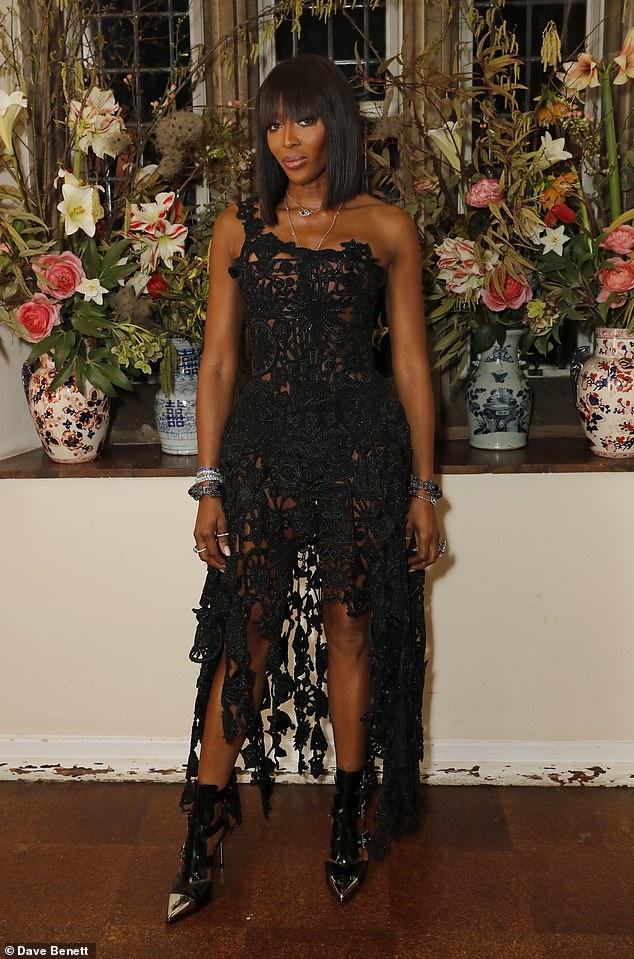 ef2a8d2eea47 Sin edad  Naomi Campbell lució sensacional cuando salió a la cena de  Francois-Henri