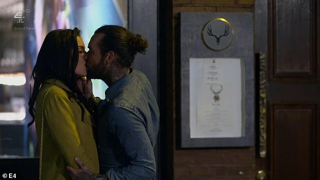 Smooch: la cita de su ex Pete con Miss Swimwear UK fue mucho más exitosa, ya que la pareja se emborrachó con martinis expresos y se dirigió a otro bar después de filmar