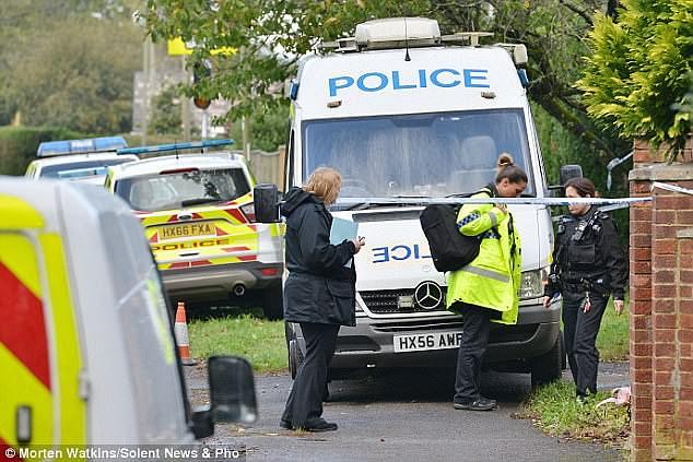Des policiers sur les lieux du meurtre commis dans le Hampshire en octobre 2017