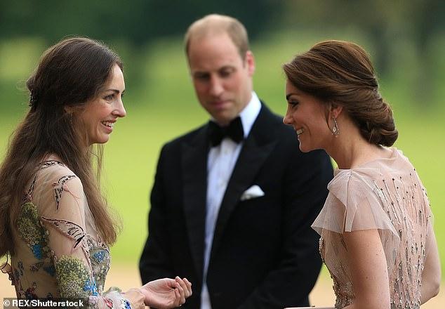Kate y William siempre han estado cerca de sus vecinos de Norfolk, el marqués y la marquesa de Cholmondeley. Pero se dice que la especulación sobre una seria ruptura entre Kate y la marquesa (en la foto, con William mirando), la ex modelo Rose Hanbury, se intensificó en las últimas semanas