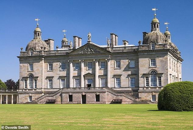 Mientras Kate y William se hospedan en el Anmer Hall de diez habitaciones, que antes se alquilaba a un jefe de madera de cocina, Rose y su esposo viven en un esplendor a tres millas de distancia en Houghton Hall (en la foto), una de las mejores casas de Palladio del país.