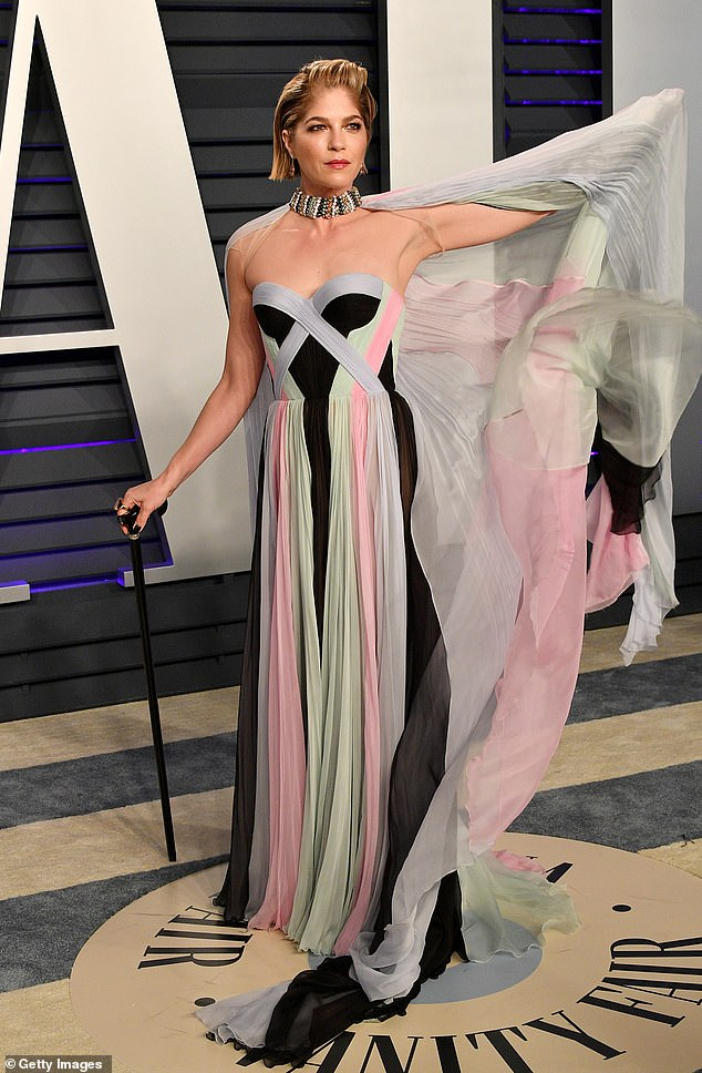 Die rechtmäßig blonde Schauspielerin Selma Blair gab im Oktober letzten Jahres bekannt, dass sie im August an Multipler Sklerose erkrankt war. Sie wurde letzten Monat in ihrem ersten öffentlichen Auftritt seit ihrer Diagnose auf dem roten Teppich der Vanity Fair-Oscarparty abgebildet