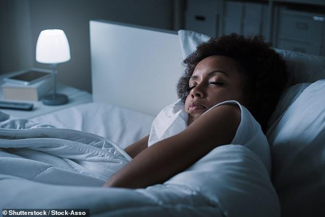 Après avoir eu cinq minutes de sommeil paradoxal, les chercheurs ont réveillé les participants endormis et leur ont demandé de décrire leurs rêves et d'évaluer leurs émotions. (Image de stock)