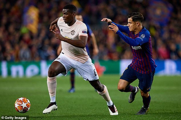 Paul Pogba tries to escape on Tuesday evening at Camp Nou by Philippe Coutinho