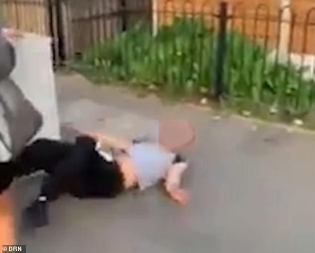 Ein von einem Zuschauer gefilmtes Video zeigt, wie der Mann wiederholt in das Gesicht geschlagen und getreten wird