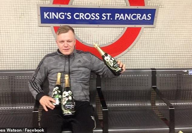 Watson (en la estación de metro de King's Cross St Pancras en Londres) se unió a Goodram para hacer alarde del boleto ganador en las redes sociales