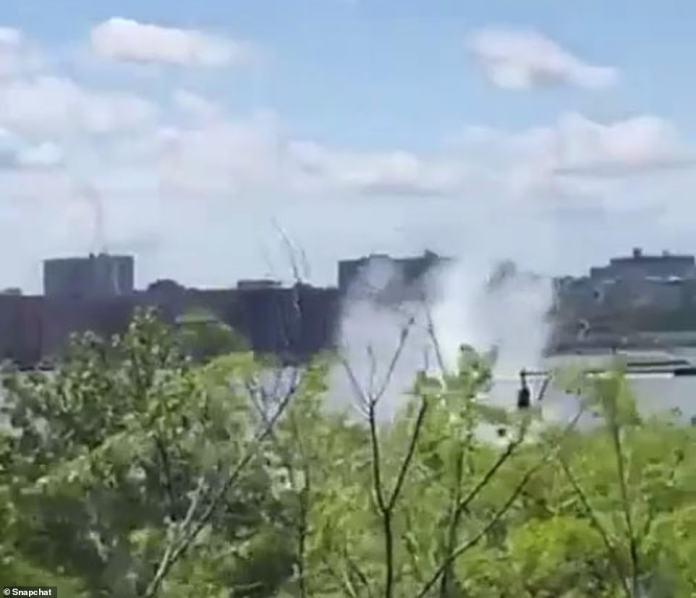 Le choc de l'hélicoptère envoya un mur d'eau voler dans les airs