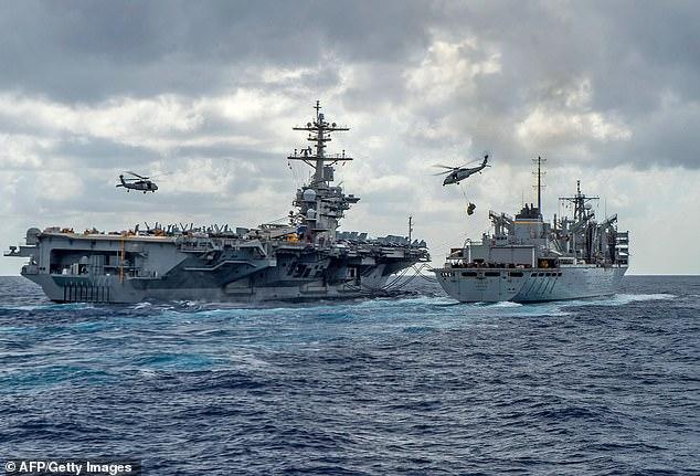 """Las imágenes aéreas de misiles iraníes totalmente ensamblados en barcos en el Golfo Pérsico provocaron temores de que fueran disparados contra barcos estadounidenses y provocaron advertencias de una """"amenaza creíble"""" (en la foto, el grupo de portaaviones USS Abraham Lincoln el 8 de mayo, en su camino a la península árabe )"""