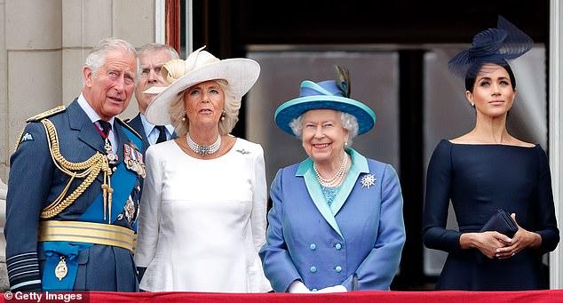 Trump und seine Frau Melania werden im Buckingham Palace von der Königin, Charles und Camilla (links) begrüßt. Währenddessen befindet sich die Herzogin von Sussex, Meghan (rechts), in günstiger Weise im Mutterschaftsurlaub