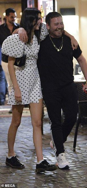 Gros risque: Kendall a photographié sa collaboration avec H & M et Giambattista Valli à la campagne.