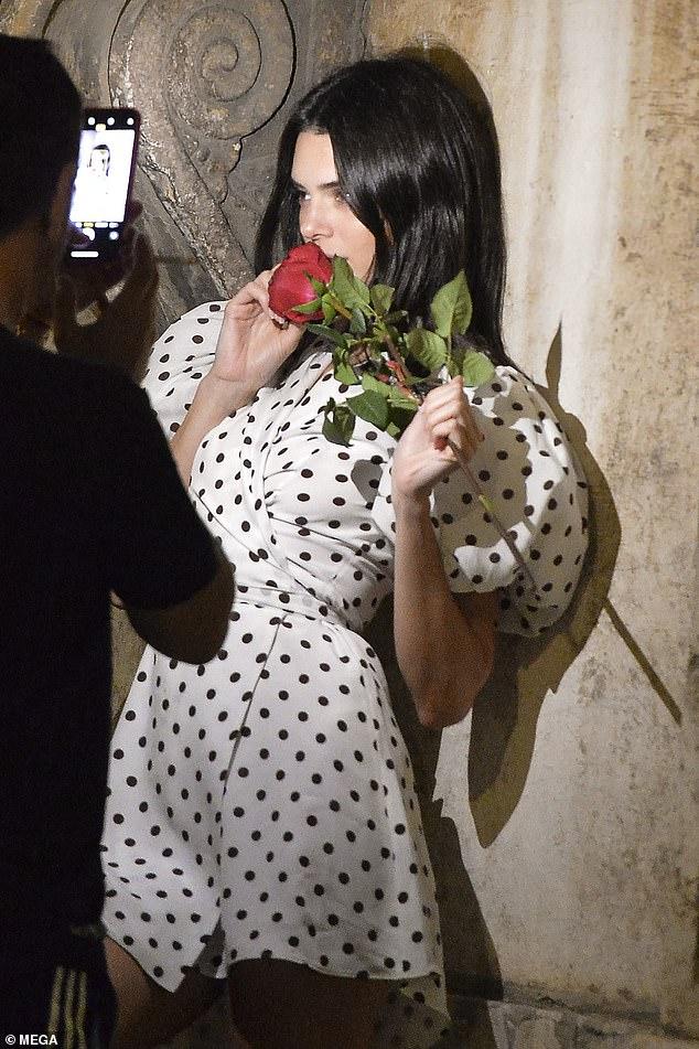 Cheeky: Kendall's Rose cadre parfaitement avec le vieil amour de son ensemble alors qu'elle pose pour le photographe