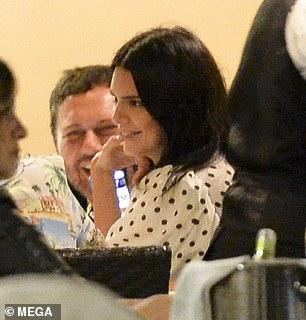 Riant: Alors qu'elle était assise au restaurant, la favorite de la mode a ri avec son pote
