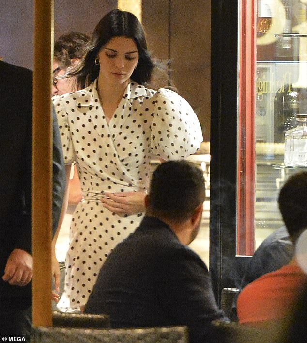 Glamorous: Kendall se présente dans une robe portefeuille délicate à pois noirs et blancs incroyablement élégante