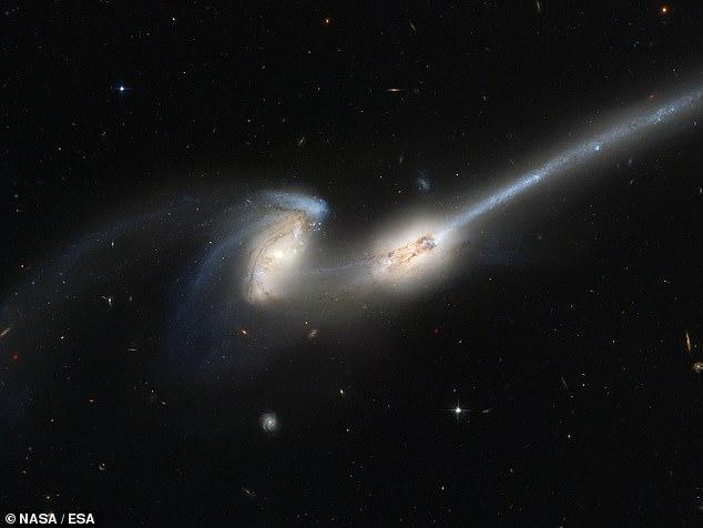 La primera imagen de las Galaxias de ratones fue tomada por el Telescopio Espacial Hubble en 2002
