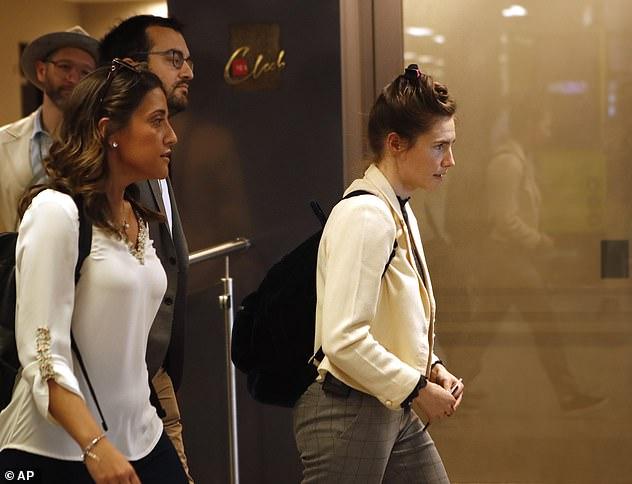 Zu Knox gesellte sich ihr zukünftiger Ehemann Christopher Robinson (im Hintergrund links mit Hut abgebildet)