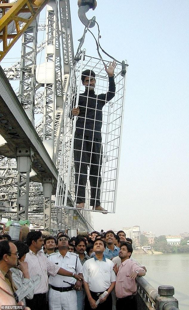 Als Lahiri 2013 den Stunt am Fluss versuchte, wurde er von Zuschauern angegriffen, die seine Flucht aus einem verschlossenen Käfig durch eine deutlich sichtbare Tür hindurch sahen