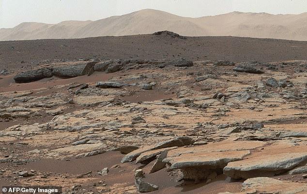 L'équipe a suggéré de mettre au point un processus impliquant le criblage de microbes prometteurs et l'élimination de ceux dangereux avant de les relâcher sur Mars. Sur la photo, la région de Glenelg du cratère Gale sur Mars.