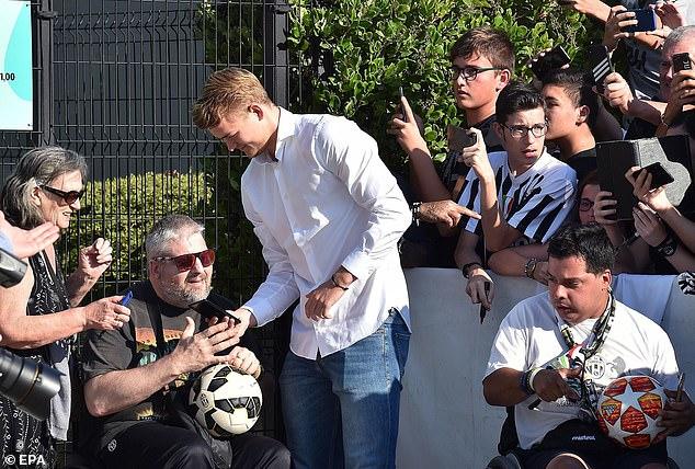 L'adolescent pose pour des photos et signe des autographes pour les fans de la Juventus mercredi
