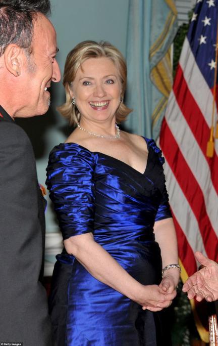 Inspiração? O vestido também é muito semelhante ao usado por Hillary Clinton no Kennedy Center Honors de 2009