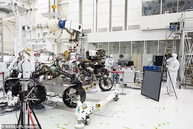 Des ingénieurs du Jet Propulsion Laboratory de la NASA à Pasadena, en Californie, travaillent sur le rover, qui percera la surface de Mars à la recherche de preuves de la vie extraterrestre