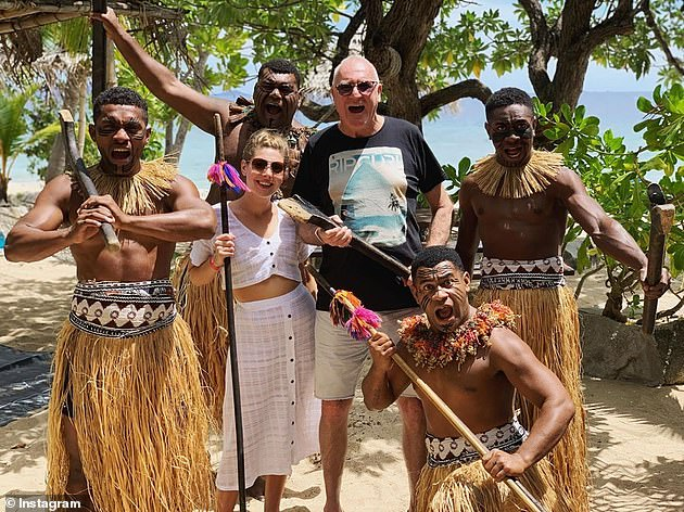 Au cours de leur voyage, ils ont été vus en tyrolienne, rencontrant une tribu fidjienne et nageant ensemble à travers une série de messages romantiques (photo).