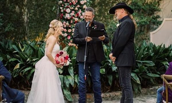 Blake Shelton officiates wedding of Trace Adkins and Victoria Pratt