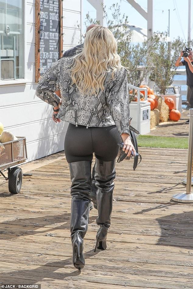 Prend cette voie! Les leggings noirs de Khloe ont laissé peu d'imagination