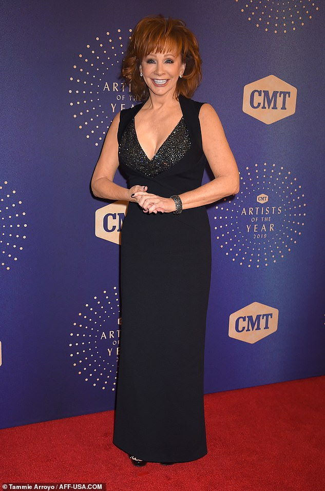 Reba McEntire sparkles in black gown at 2019 CMT Artists of The Year