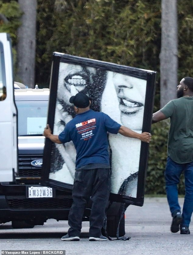 Diamond grills: Justin et Hailey Bieber ont vu leur photo de mariage livrée en super format à leur demeure de Beverly Hills mercredi