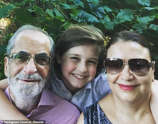 ローラン(彼の祖父母と一緒に写真を撮った)は8歳で中学校を卒業し、今年初めに最初の学位を取得しました。