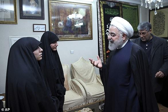 Prezydent Rouhani (po prawej) rozmawia w sobotę z córkami generała Soleimani (po lewej)