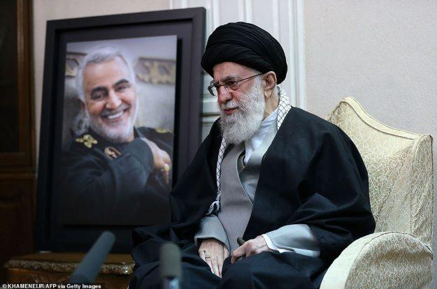 Najwyższy przywódca Iranu Ayatollah Seyed Ali Khamene odwiedza w piątek rodzinę zabitego generała Qasem Soleimani