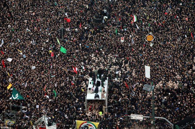 """Organizator pogrzebu dla Soleimani wezwał wszystkich Irańczyków do przekazania 1 $ każdego """"w celu zebrania nagrody w wysokości 80 milionów dolarów na głowę prezydenta Trumpa"""".  Organizator przedstawił uwagi podczas procesji w Mashadzie"""