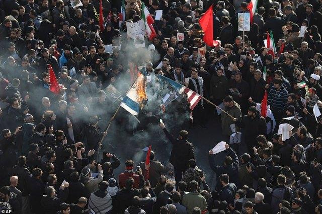 Żałobnicy palą dziś flagi USA i Izraela podczas ceremonii pogrzebowej dla irańskiego generała Qassem Soleimaniego