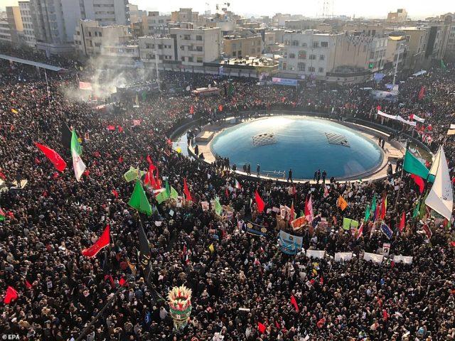 Żałoba: Tysiące ludzi zgromadziło się w Teheranie na drugi dzień pogrzebu Qassem Soleimani po tym, jak zginął w piątkowym ataku na drony w USA