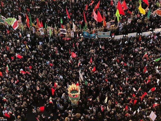 Przemawiając do tłumów, które rozciągały się tak daleko, jak okiem sięgnąć (na zdjęciu), córka Soleimani Zeinap bezpośrednio groziła atakiem na siły amerykańskie w regionie